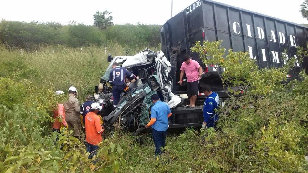 Motorista ficou preso às ferragens após colisão entre dois caminhões na BR-304 no RN (Foto: Wilker Gurgel )