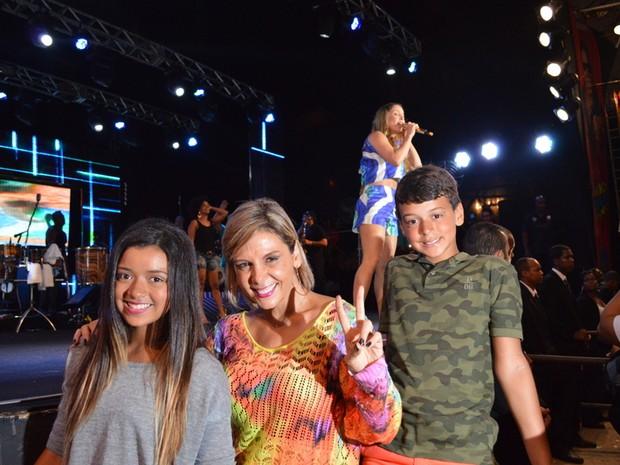 Carla Perez com os filhos, Camilly Victoria e Victor Alexandre, em show em Salvador, na Bahia (Foto: Felipe Souto Maior/ Ag. News)