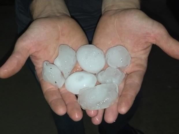 Pedras de gelo se aproximaram do tamanho de um ovo de galinha (Foto: Luiz Barbará/RBS TV)