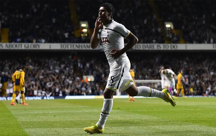 Paulinho comemora gol pelo Tottenham (Foto: AFP)