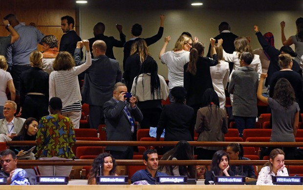 Grupo protesta contra nomeação da Mulher-Maravilha como embaixadora da ONU para promover os direitos femininos (Foto: REUTERS/Carlo Allegri)
