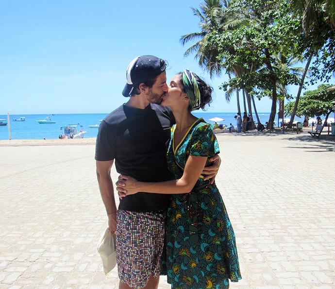 Bela Gil é paparicada pelo maridão (Foto: Nathália Gomes/Gshow)