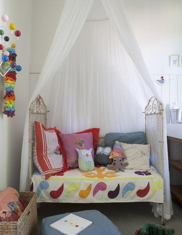 Para decorar o quarto de sua filha Stella, a arquiteta Wambier pegou um berço antigo de vime que vira cama (emprestado da vizinha), colocou um mosquiteiro, usou uma colcha indiana, colocou almofadas de diferentes estampas e pronto! (Foto: Divulgação)