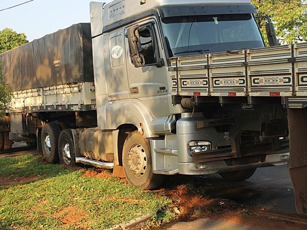 Veículos estavam estacionados na Rua Francisco Sposito Auriema (Foto: Ermenson Rodrigues/Blog Panorama Notícia/Cedida)