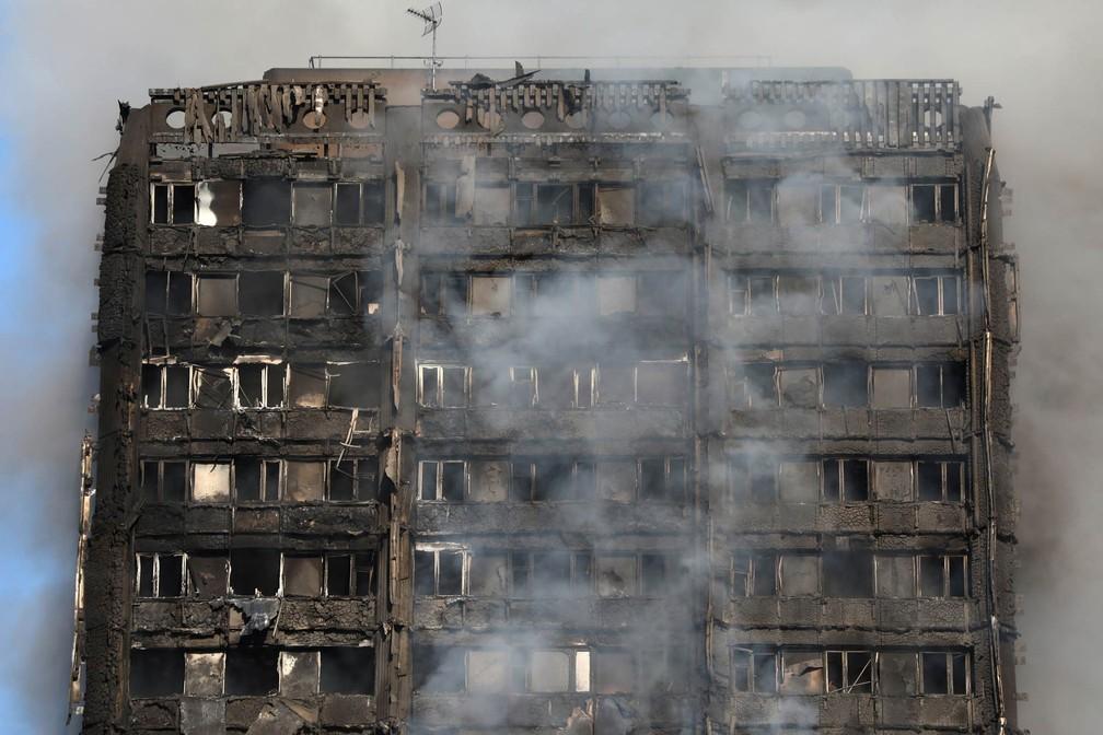 Topo da Torre Greenfell, em Londres, destruída pelo fogo (Foto: Neil Hall/Reuters)