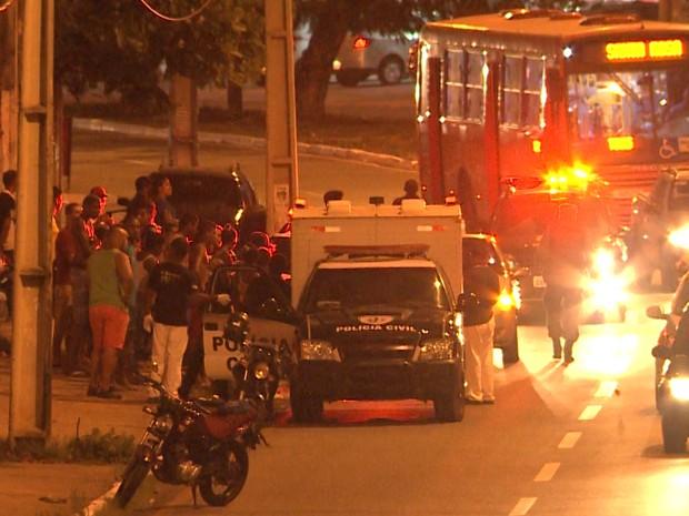 Equipe do Instituto Médico Legal fazendo a remoção do corpo do flanelinha que caiu de ônibus em São Luís (Foto: Reprodução/TV Mirante)
