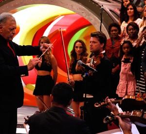 Zubin Mehta rege a Orquestra de Heliópolis no palco do Caldeirão (Foto: Caldeirão do Huck/ TV Globo)