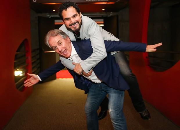 O apresentador Otávio Mesquita se diverte com o cantor Luciano (Foto: Marcos Ribas/BrazilNews)