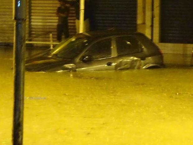 Carro ficou quase submerso na Vila São Jorge, em Santos (Foto: Roberto Strauss / G1)