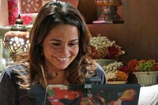 Morena fala com Helô pela webcam (Foto: TV Globo)