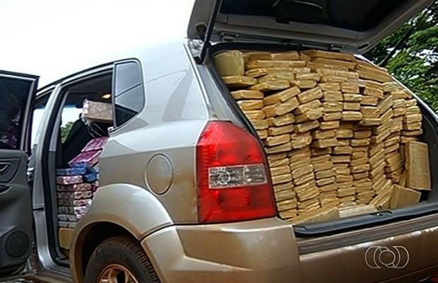Maconha estava espalhada em todas as partes do carro, inclusive no banco do passageiro, em Caçu, Goiás (Foto: Reprodução/TV Anhanguera)