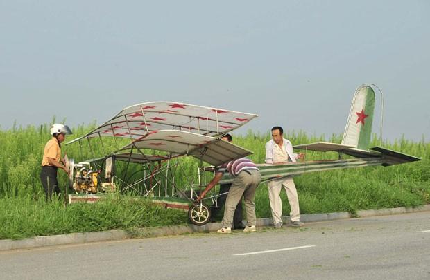 Ding gastou cerca de 2 mil yuans (R$ 753) para construir a aeronave de 5 metros de comprimento, 4,5 metros de altura (Foto: Sheng Li/Reuters)