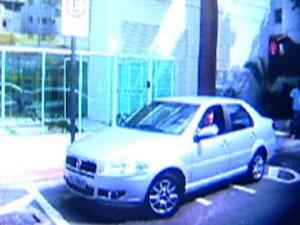 Agente fotografou o veículo do delegado. (Foto: Reprodução/TV Gazeta)