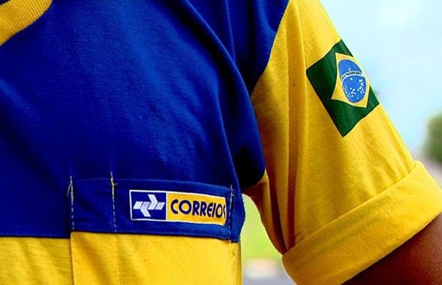 Uniforme de carteiro dos Correios, estatal que planeja entrar no setor de telecomunicações até novembro de 2014. (Foto: Reprodução/EPTV)