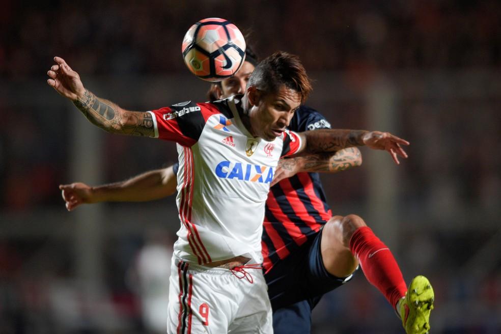 Guerrero não conseguiu ajudar ofensivamente: Flamengo foi punido em Buenos Aires  (Foto: Reuters)