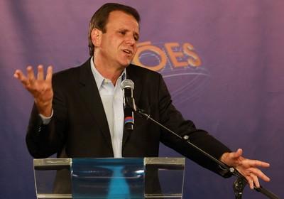 O candidato a prefeitura do Rio, Eduardo Paes (PMDB), durante debate na TV Globo (Foto: Gabriel de Paiva/Agência O Globo)