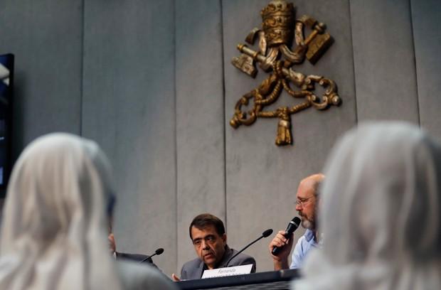 'Deus é misericordioso e quer o bem de todos', disse Marcilio Haddad Andrino (esq), que participou de entrevista no Vaticano (Foto: Alessandra Tarantino/AP)