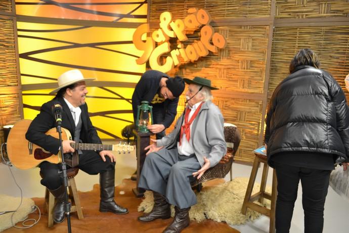 Neto Fagundes batendo um papo com Paixão Côrtes nos bastidores do Galpão Crioulo (Foto: Nice Sordi/RBS TV)