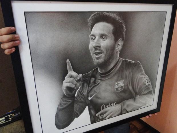 Quadro de Messi, desenhado por bombeiro, que se dedica à arte nas horas vagas.  (Foto: Flávia Cristini)