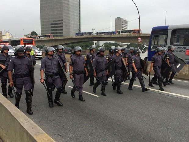 PMs acompanham protesto (Foto: Márcio Pinho/G1)