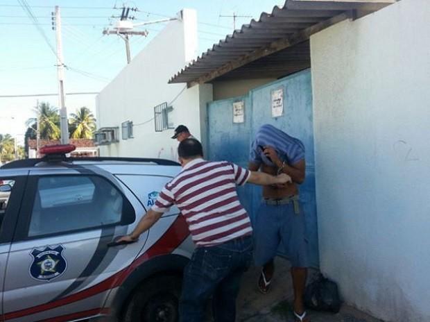O suspeito foi levado para a Casa de Custódia, no bairro do Jacintinho (Foto: Morena Melo/ Gazetaweb)