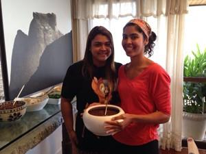 Preta e a irmã, Bela, mostram feijoada.  (Foto: TV Globo/Marcela Amódio)