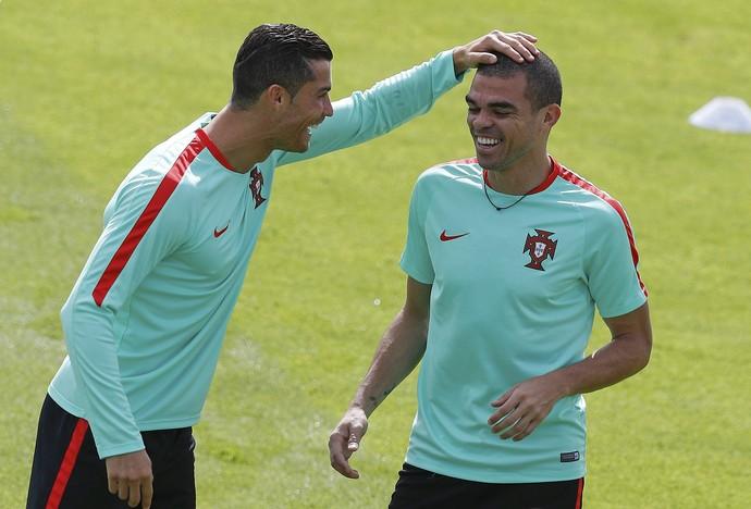 09d3b32eb Cristiano Ronaldo passa a mão na careca de Pepe no treino de Portugal (Foto