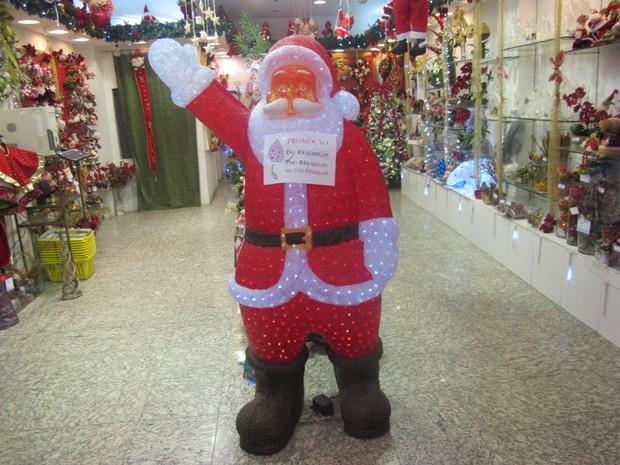 Papai Noel de acrílico com luzes de led chama atenção em loja da Saara (Foto: Renata Soares/G1)