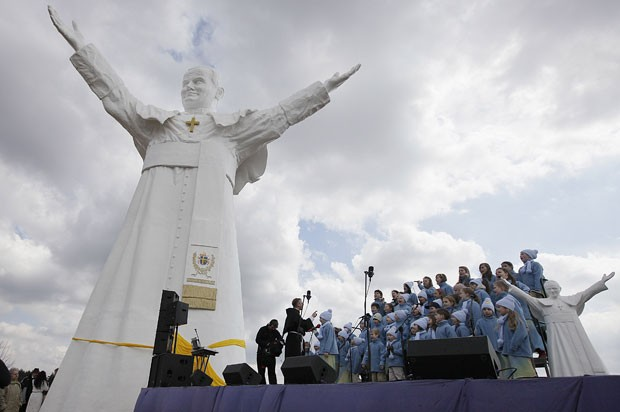 Estátua em homenagem à João Paulo II foi inaugurada neste sábado (13) (Foto: Czarek Sokolowski/AP)