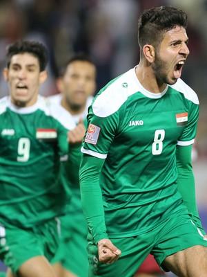 Mohanad Abdulraheem comemora o gol da classificação do Iraque às Olimpíadas (Foto: AFP)