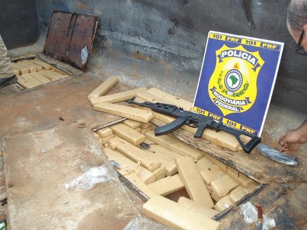 Além dos tabletes de maconha, um fuzil foi apreendido (Foto: Polícia Rodoviária Federal/Divulgação)