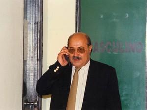 """O empresário Paulo Cesar Farias, o """"PC Farias"""", fala ao telefone em Brasília em foto de junho de 1995. (Foto: Dida Sampaio/AE)"""