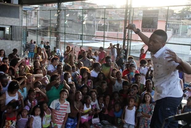 Nego do Borel cercado pelos fãs (Foto: Agnews)
