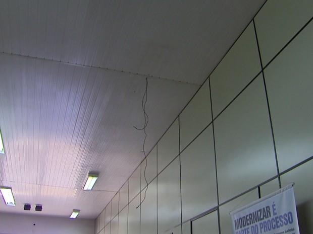 Luminária se desprendeu do teto na recepção do fórum trabalhista (Foto: Carlos Trinca/EPTV)