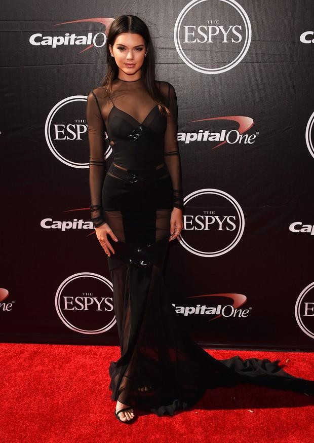 Kendall Jenner em premiação em Los Angeles, nos Estados Unidos (Foto: Jason Merritt/ Getty Images/ AFP)