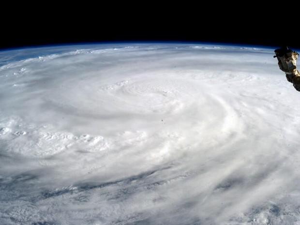 Imagem feita pelo astronauta Karen L. Nyberg mostra o tufão Hayian visto da Estação Espacial Internacional (Foto: Karen L. Nyberg/Nasa/AFP)