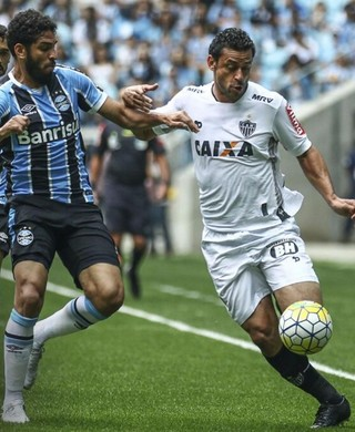 Wallace disputa bola com Fred, Grêmio x Atlético-MG (Foto: Bruno Cantini/ Atlético-MG)