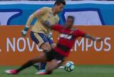 """Destemido, goleiro Fábio bota Lenis no chão com belo drible e é """"abusado"""""""