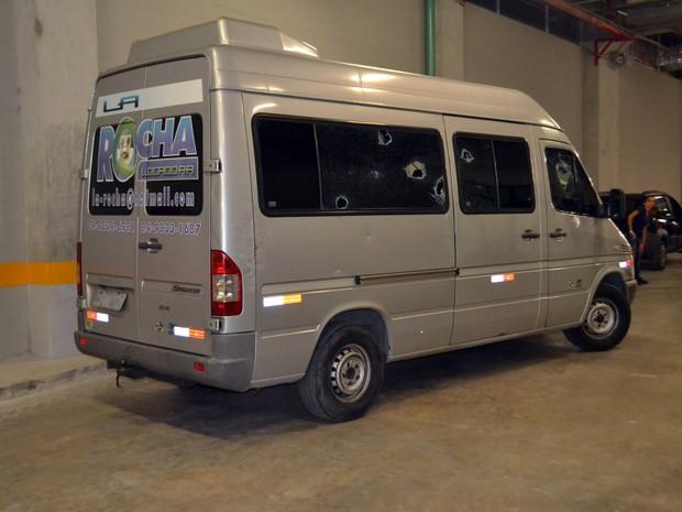 Van a serviço da Arena das Dunas é apedrejada por torcida organizada (Foto: Jocaff Souza/G1)