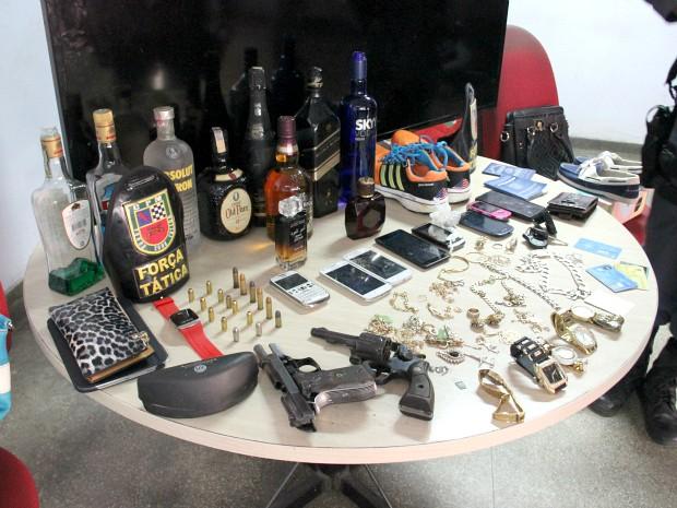 Pertences de vítimas foram apreendidos na casa dos suspeitos (Foto: Jamile Alves/G1 AM)