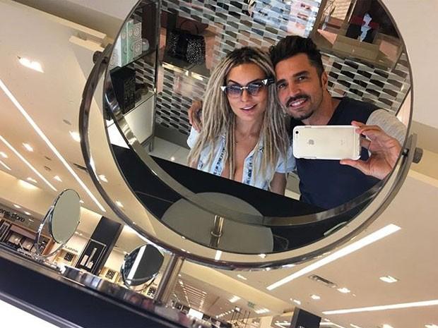 Fernanda Lacerda, a Mendigata, e Latino em shopping em Orlando, nos Estados Unidos (Foto: Instagram/ Reprodução)