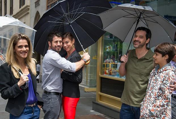 Elenco reunido: Ingrid Guimarães, Eriberto Leão, Maria Paula, Bruno Garcia e Eduardo Melo se protegem da chuva fina que caiu durante a filmagem em Manhattan (Foto: Mariana Vianna/Divulgação)