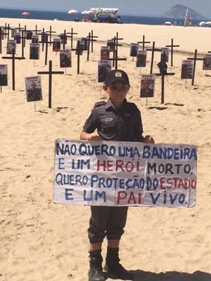 Cauã Aquino participou da cerimônia na Praia de Copacabana, no Rio (Foto: Alba Valéria Mendonça/G1)