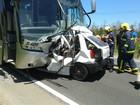 Acidente entre ônibus e carro mata três soldados e fere três pessoas