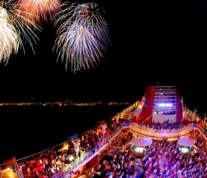 Os navios Disney têm muitas opções de festas, que terminam em clima de magia, com espetáculos de fogos de artifício (Foto: Disney Cruise Line)