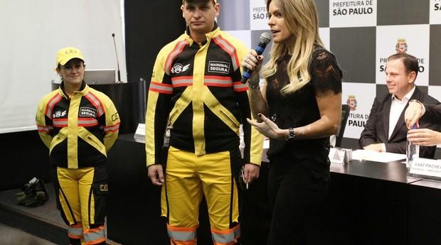 Novos uniformes da CET: marronzinhos virarão amarelinhos (Foto: Heloisa Ballarini / Secom / Prefeitura de São Paulo)