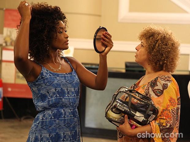 Erika Januza não descuida do look e arruma os cachos antes da gravação (Foto: Pedro Curi / TV Globo)