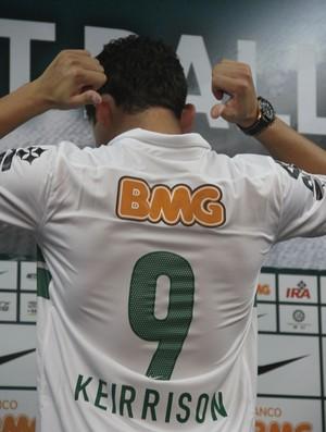 Keirrison com a nova camisa personalizada do Coritiba (Foto: Gabriel Hamilko / GloboEsporte.com)