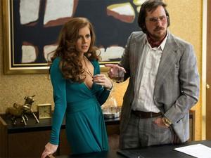 Amy Adams e Christian Bale em 'American hustle' (Foto: Divulgação)