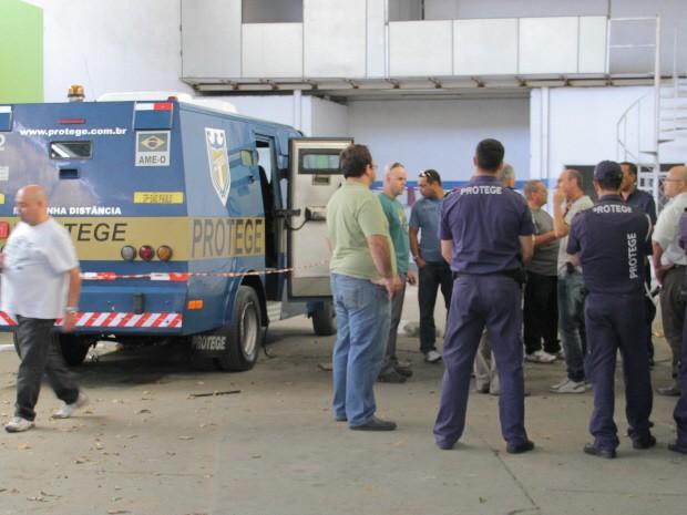 Assalto a carro-forte assusta família e comerciantes de São José  (Foto: Carlos Santos/G1)